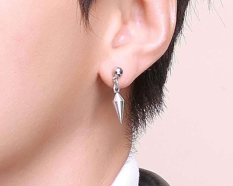 模特兒配戴展示:低調極簡風格,質感合金打造出個性尖錐造型,帥氣有型,創新的貼式耳環設計讓您貼著就走,可以免除長時間配戴耳夾/夾式耳環的不舒適感。