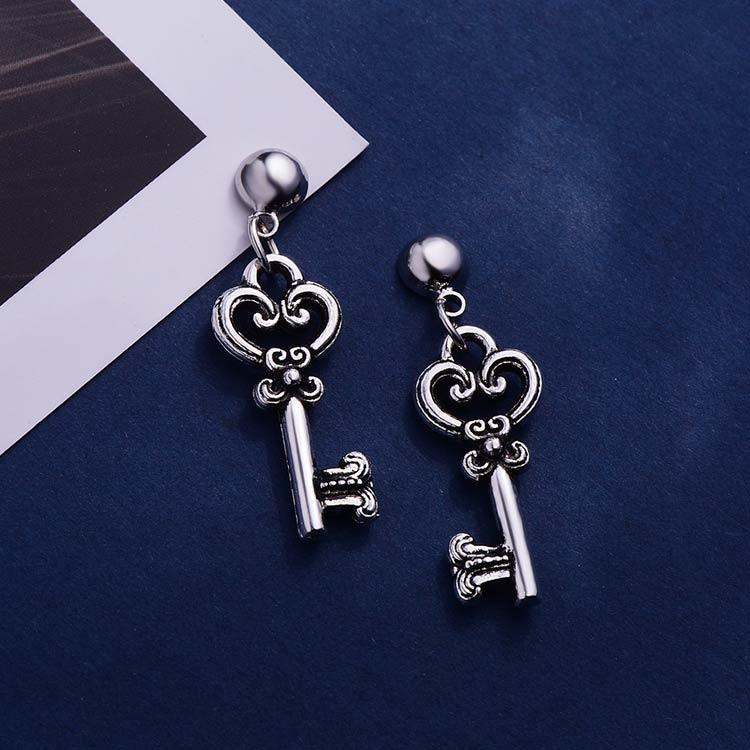 韓版復古金屬鑰匙 耳針/黏式耳環,桌上展示。