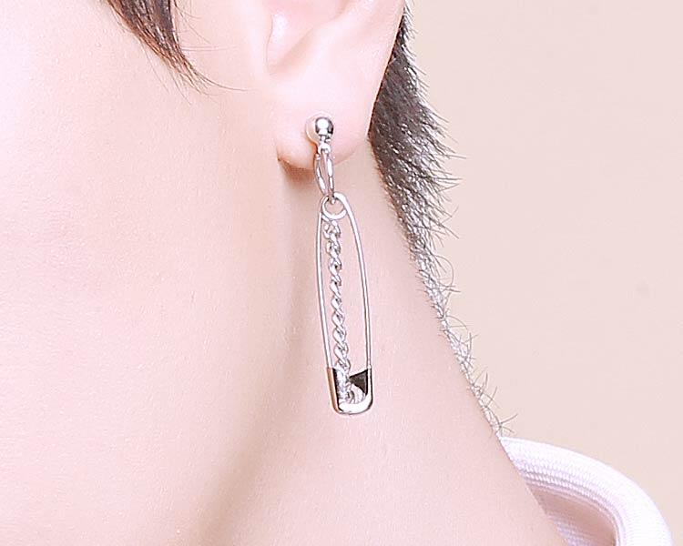 模特兒配戴展示:創意新穎設計,鏈條與別針的結合,吸睛有個性,創新黏貼式耳環設計,讓沒有穿耳洞的男性也能展現獨特有型與眾不同的自己。