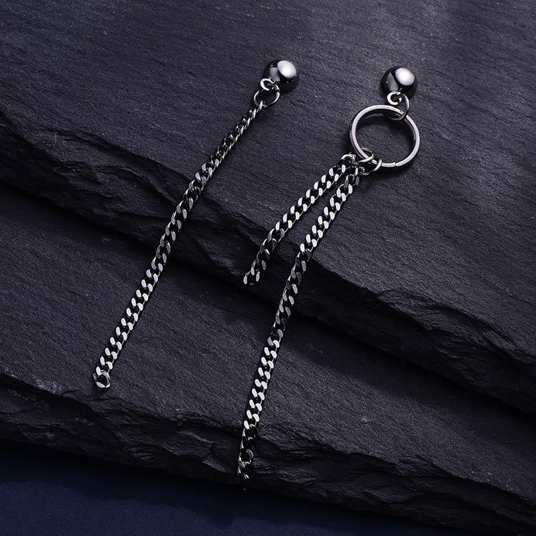 韓版圓環鏈條流蘇不對稱 耳針/黏式耳環,桌上展示。