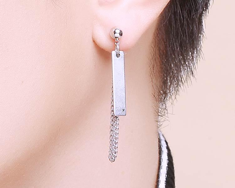 模特兒配戴展示:個性鏈條金屬片,獨特帥氣有型,完美呈現不凡帥氣風采,創新黏貼式耳環設計,讓沒有穿耳洞的男性/女性也能展現獨特有型與眾不同的自己