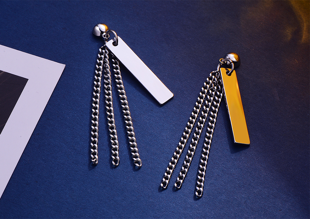 韓版簡約鏈條金屬片 耳針/黏式耳環,桌上展示。