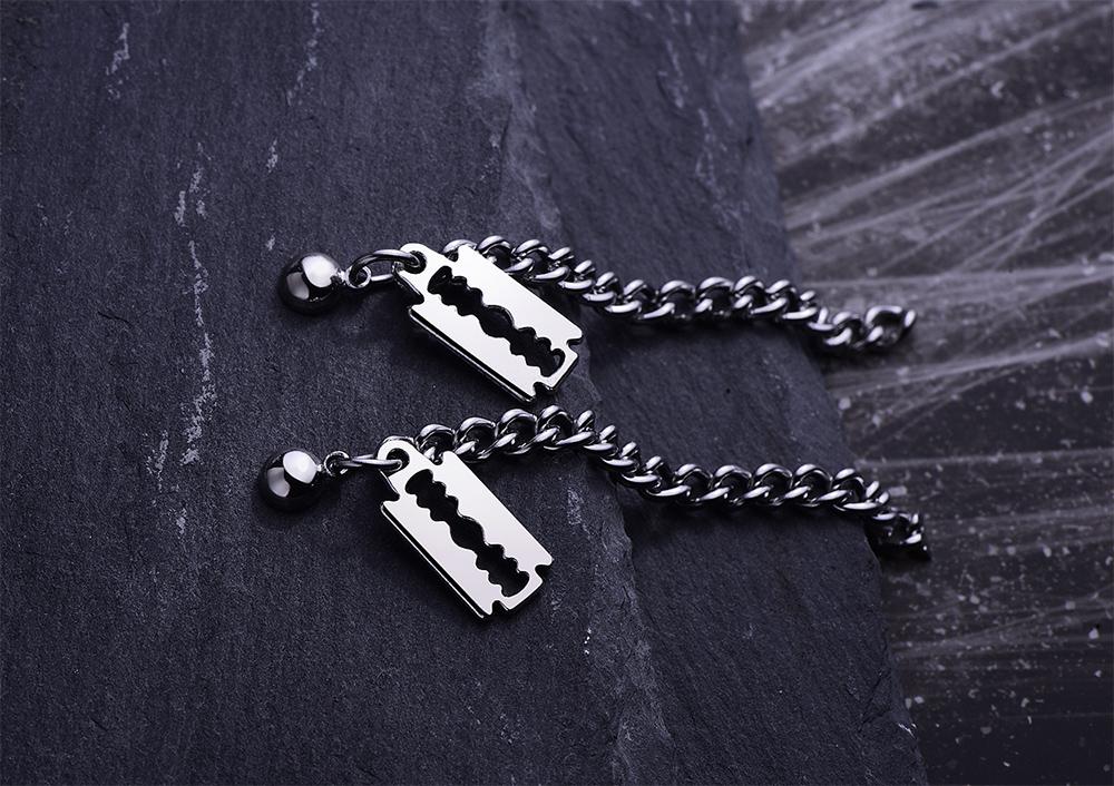韓版個性刀片小牌鏈條 耳針/黏式耳環,桌上展示。