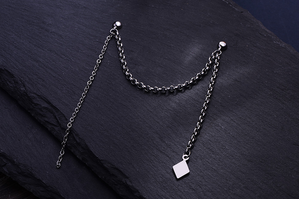 韓版單邊菱形鏈條 耳針/黏式耳環,桌上展示。