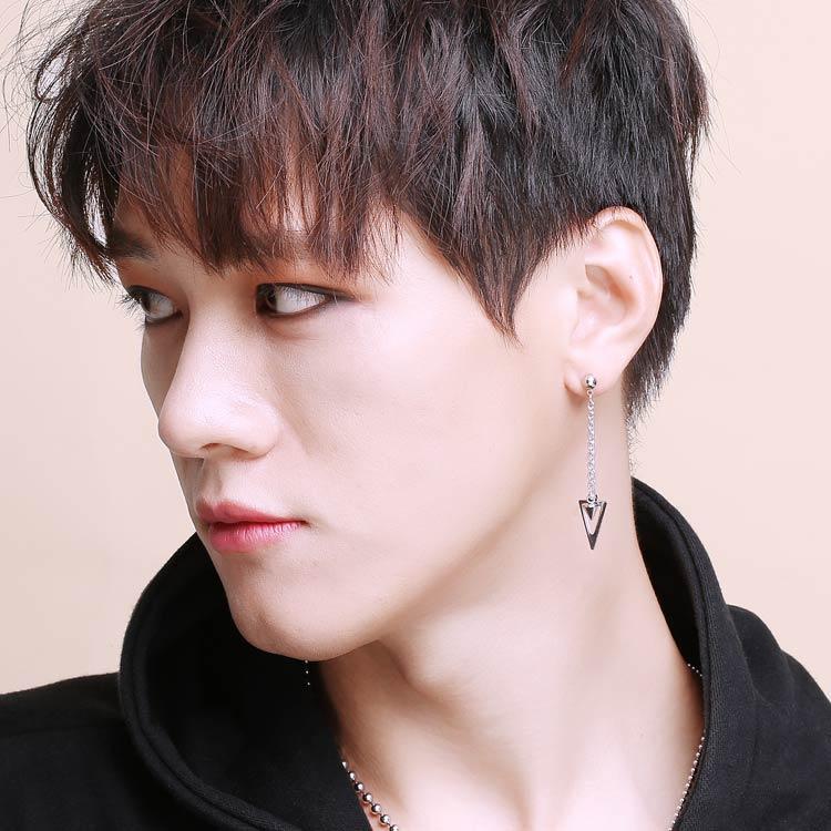 模特兒配戴展示:個性時尚,幾何簍空三角型,立體尖錐,打造韓系美男,創新黏貼式耳環設計,讓沒有穿耳洞的男性也能展現獨特有型與眾不同的自己。