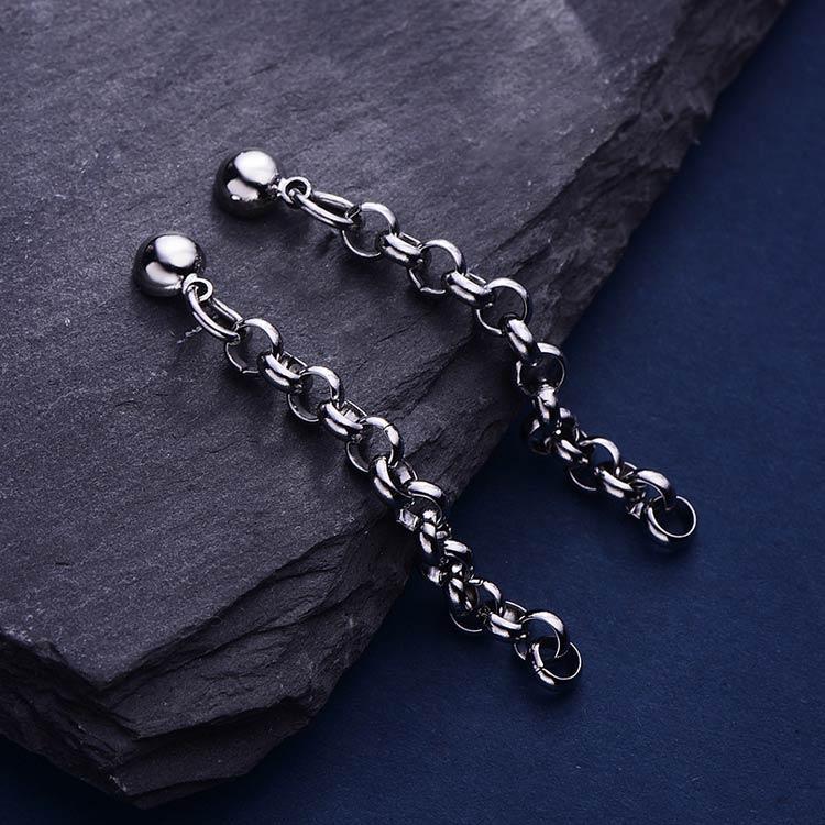 韓版極簡圓珠鏈條 耳針/黏式耳環,桌上展示。