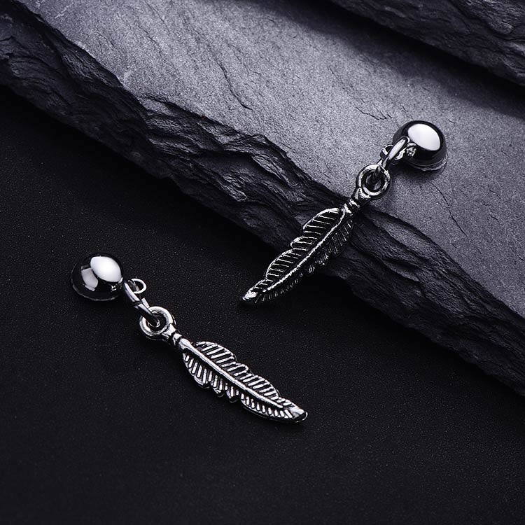 韓版精緻合金小樹葉 耳針/黏式耳環,桌上展示。