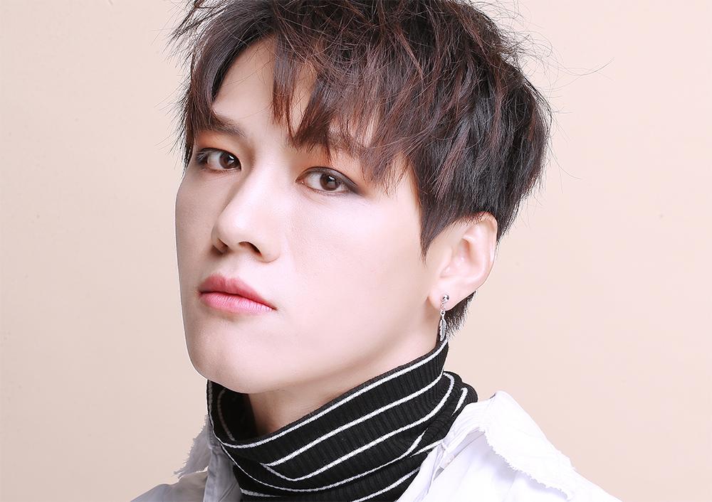 模特兒配戴展示:韓版新潮時尚,質感合金打造,精緻小樹葉造型,清新帥氣,創新黏貼式耳環設計,讓沒有穿耳洞的男性也能展現獨特有型與眾不同的自己。