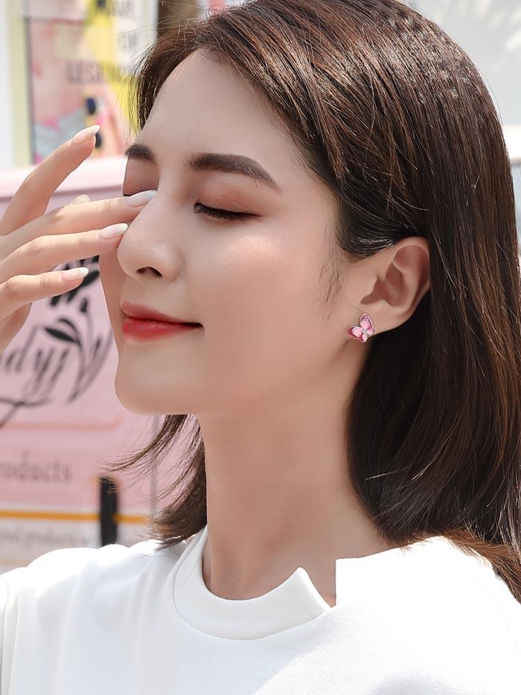 模特兒配戴展示:亮眼桃粉色系,耀眼水鑽鑲嵌,雙層立體設計蝴蝶設計,時尚動人,輕鬆無負擔的創新黏貼式耳環,不用穿耳洞也可以免除長時間配戴耳夾/夾式耳環的不舒服感。