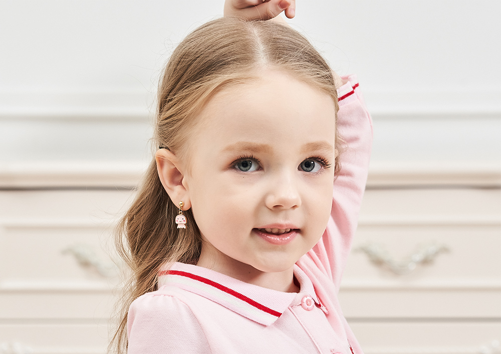 模特兒配戴展示:粉紅色系,卡通宇宙水母造型,可愛萌趣,質感合金打造,創新無耳洞黏耳環設計,採用醫療級用膠,減少皮膚的負擔,也免除長時間配戴耳夾/夾式耳環的不舒適感。