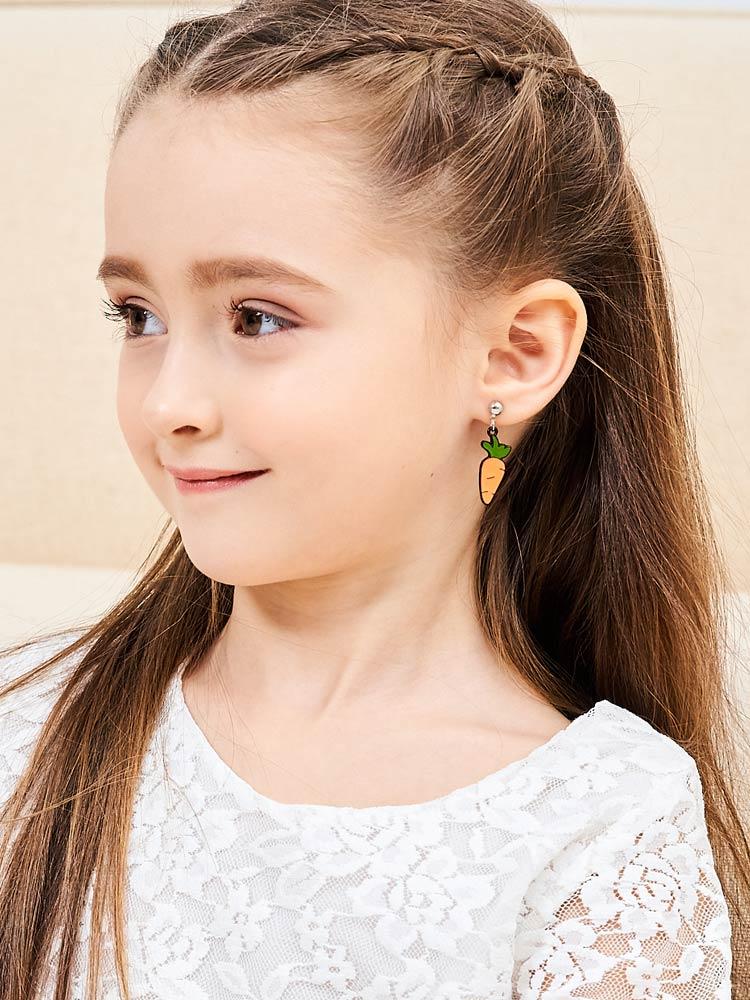模特兒配戴展示:卡通小白兔與胡蘿蔔,經典組合不對稱設計,時尚可愛,創新無耳洞黏耳環設計,採用醫療級用膠,減少皮膚的負擔,也免除長時間配戴耳夾/夾式耳環的不舒適感。