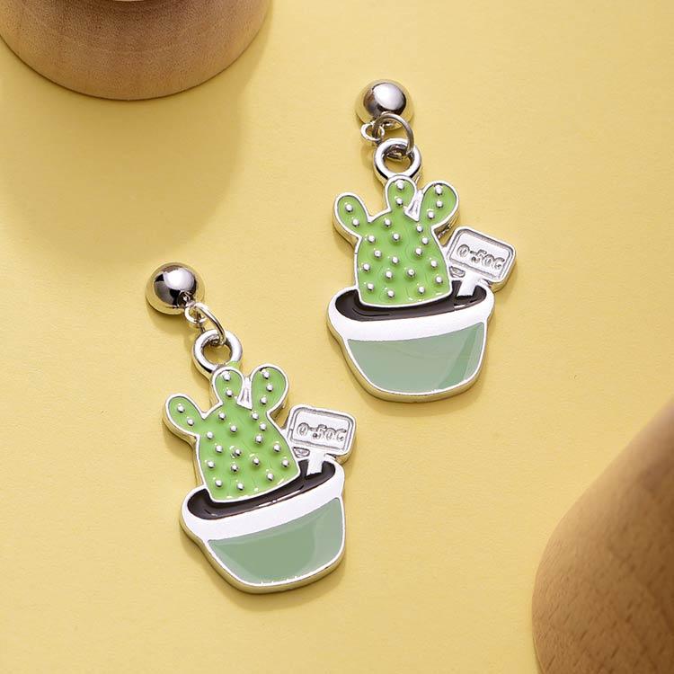 清新療癒系仙人掌 黏式耳環,桌上展示。