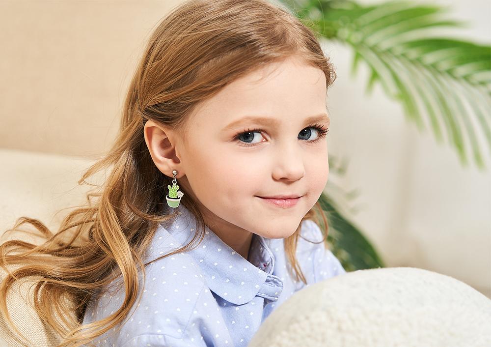 模特兒配戴展示:清新嫩綠仙人掌造型,質感合金打造,療癒可愛,創新無耳洞黏耳環設計,採用醫療級用膠,減少皮膚的負擔,也免除長時間配戴耳夾/夾式耳環的不舒適感。