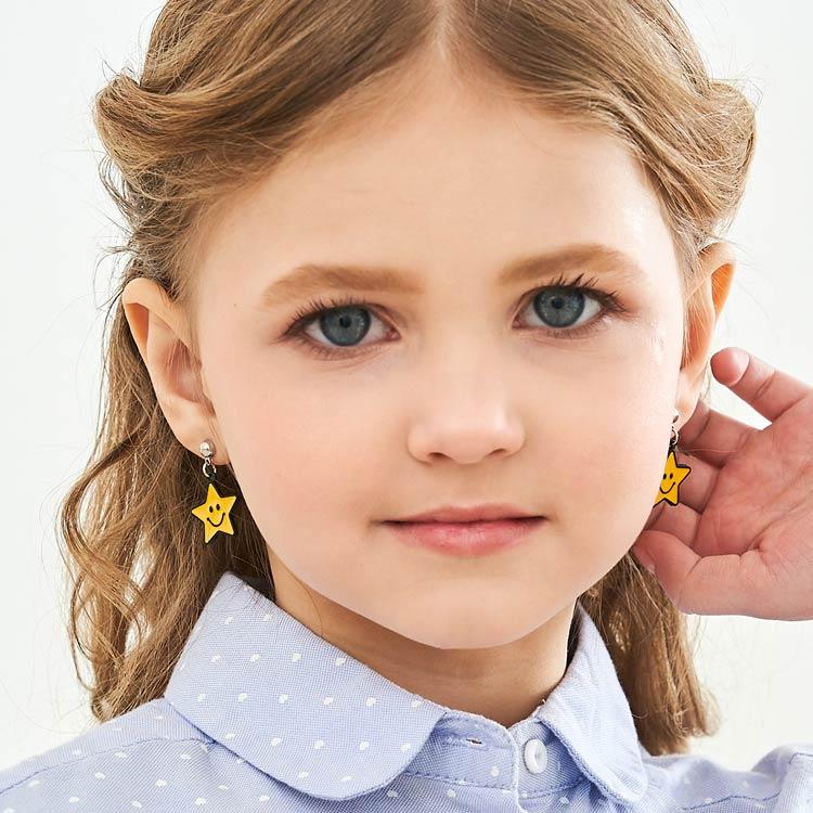 模特兒配戴展示:黃色笑臉星星,質感合金打造,輕巧精緻,閃亮可愛,創新無耳洞黏耳環設計,採用醫療級用膠,減少皮膚的負擔,也免除長時間配戴耳夾/夾式耳環的不舒適感。