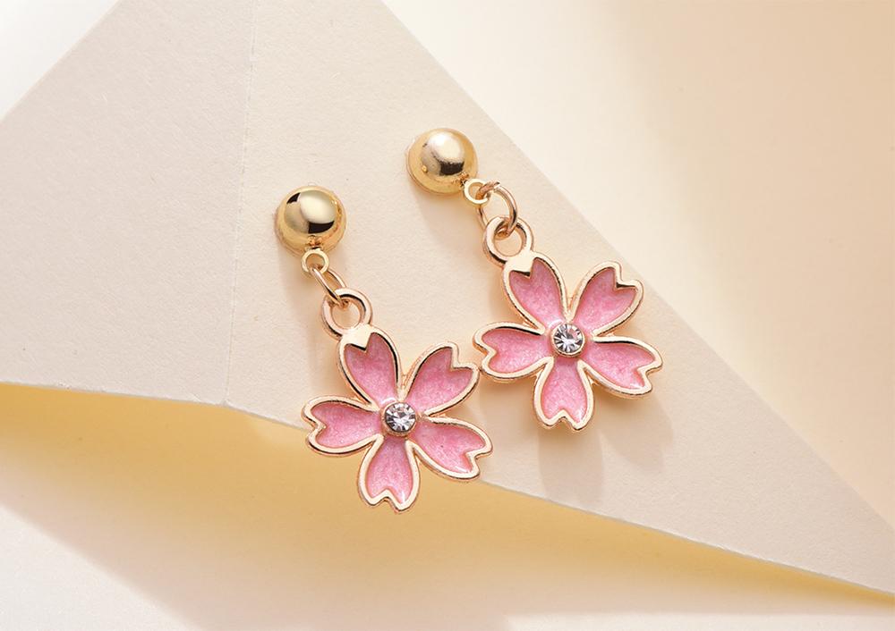 清新簡約鑲鑽櫻花 黏式耳環,桌上展示。