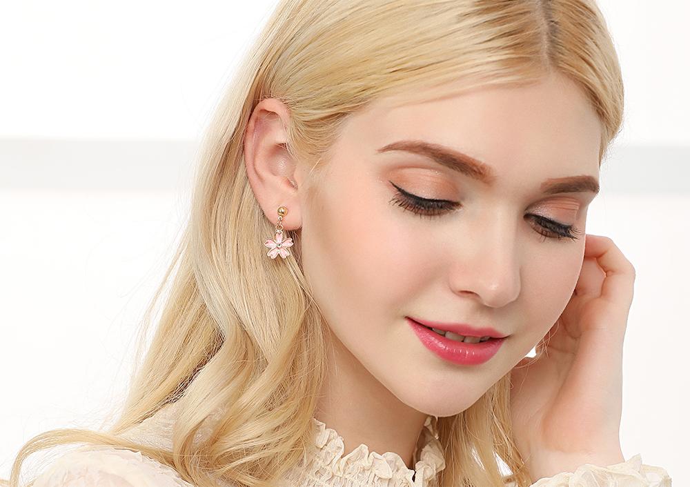 模特兒配戴展示:粉嫩櫻花花朵,微鑲鑽點綴,清新簡約卻不失時尚,創新無耳洞黏貼式耳環設計,採用醫療級用膠,減少皮膚的負擔,也免除長時間配戴耳夾/夾式耳環的不舒適感。