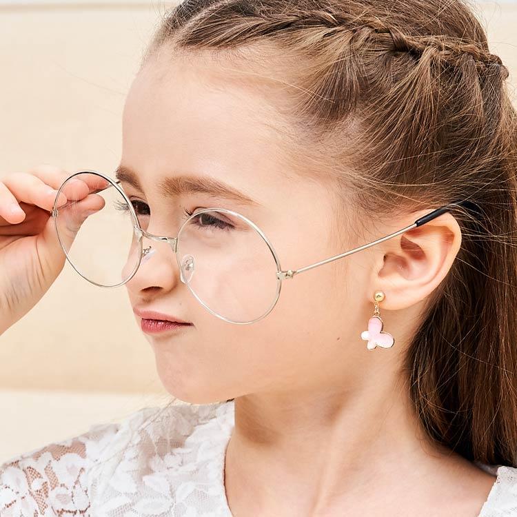 模特兒配戴展示:優雅粉嫩色系,氣質蝴蝶造型,微立體設計,更生動逼真,創新無耳洞黏耳環設計,採用醫療級用膠,減少皮膚的負擔,也免除長時間配戴耳夾/夾式耳環的不舒適感。