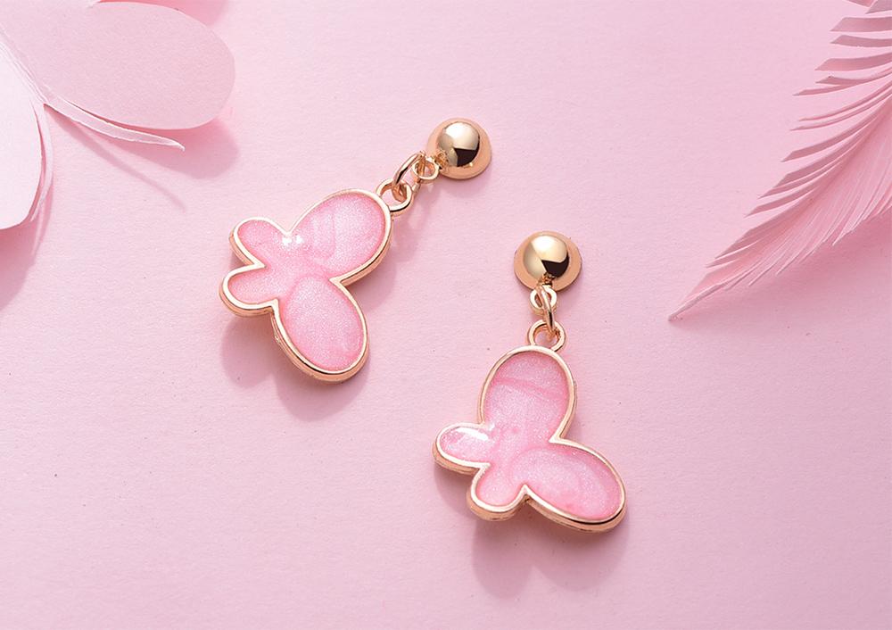 清新氣質粉嫩蝴蝶 黏式耳環,桌上展示。