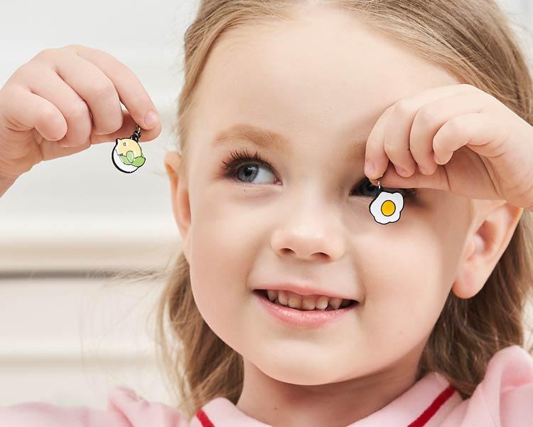 模特兒配戴展示:不對稱設計,蛋殼小雞與蛋,合金打造,萌趣可愛,創新無耳洞黏貼式耳環設計,採用醫療級用膠,減少皮膚的負擔,也免除長時間配戴耳夾/夾式耳環的不舒適感。