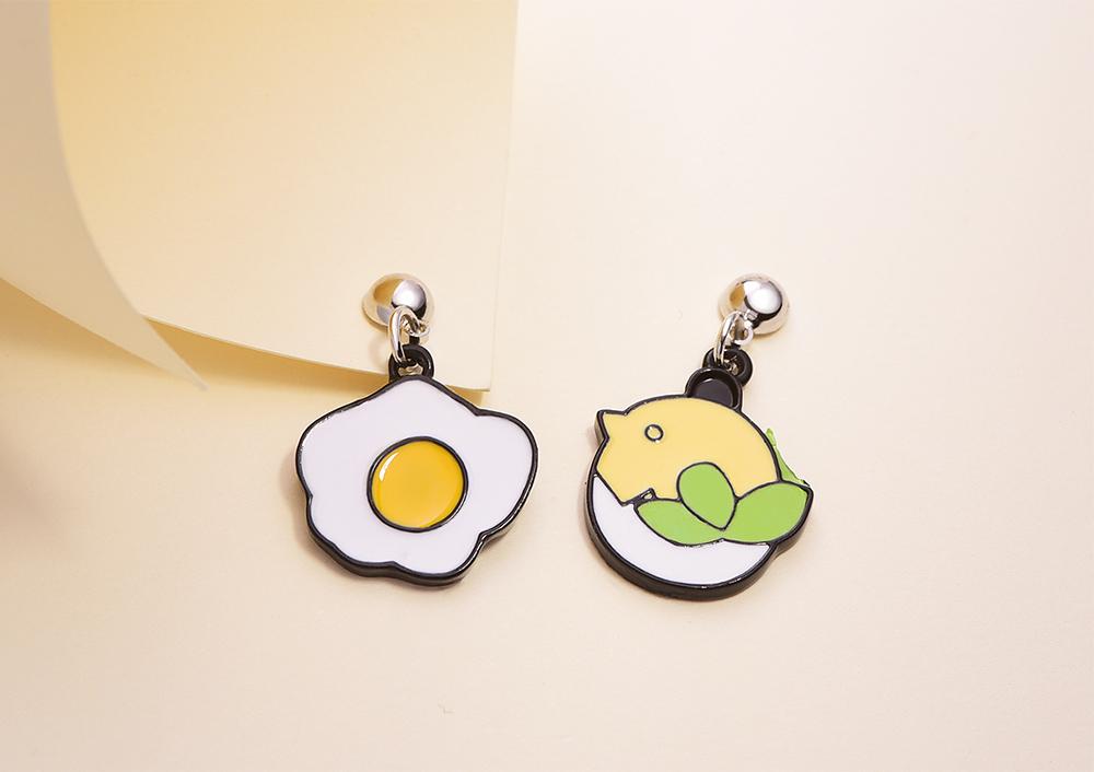 萌趣蛋殼小雞與蛋 黏式耳環,桌上展示。