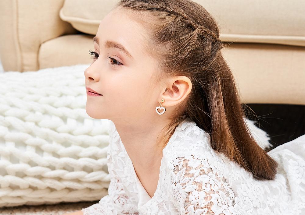 模特兒配戴展示:優雅粉嫩,特殊簍空愛心設計,清新簡約,創新無耳洞黏貼式耳環設計,採用醫療級用膠,減少皮膚的負擔,也免除長時間配戴耳夾/夾式耳環的不舒適感。