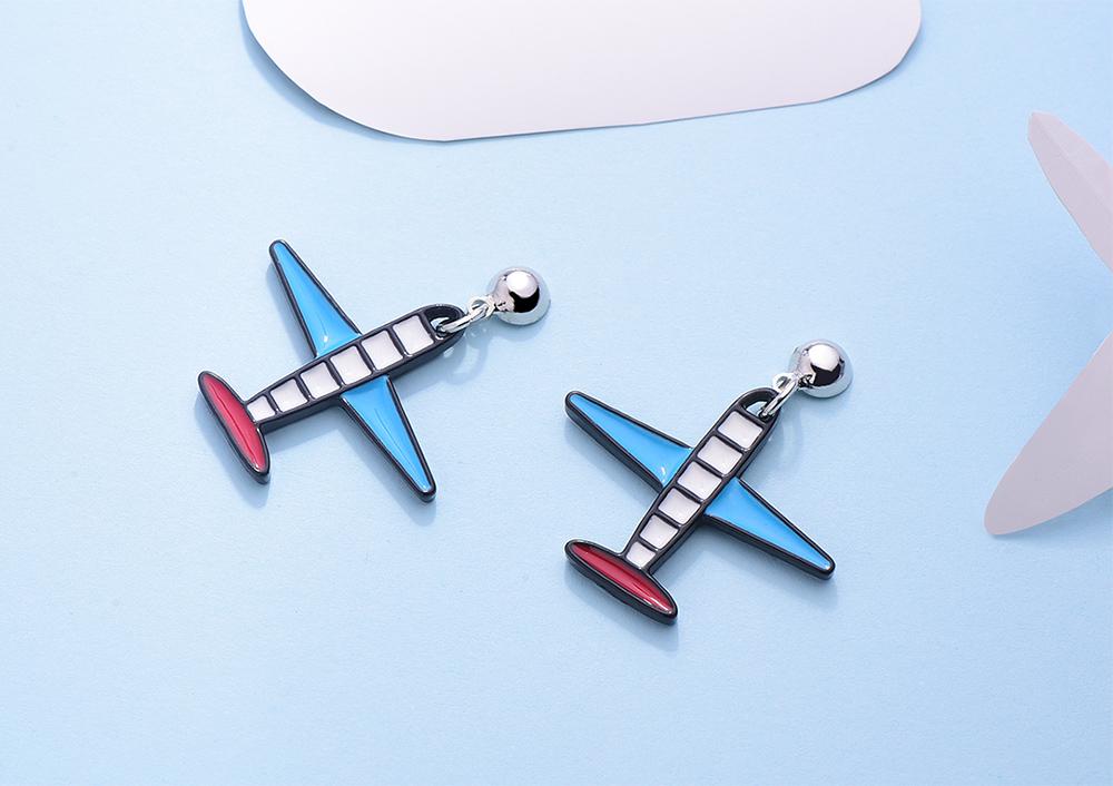 創意卡通飛機 黏式耳環,桌上展示。
