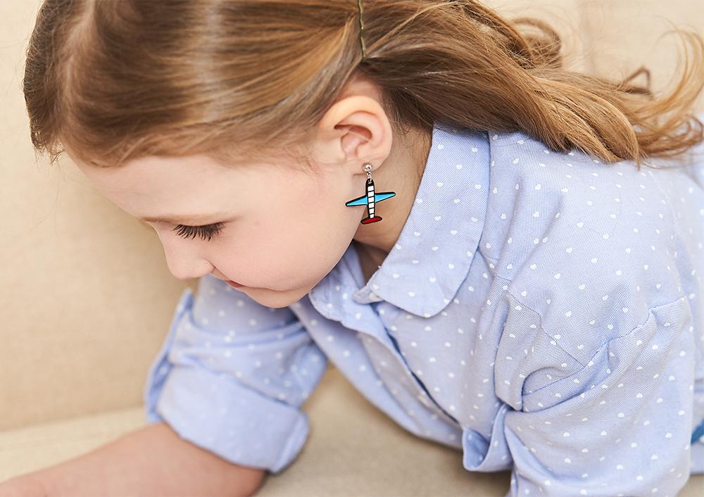 模特兒配戴展示:可愛卡通飛機設計,創意有趣,創新無耳洞黏貼式耳環設計,採用醫療級用膠,減少皮膚的負擔,也免除長時間配戴耳夾/夾式耳環的不舒適感。