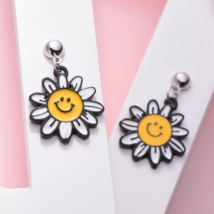 笑臉陽光向日葵 黏式耳環,桌上展示。