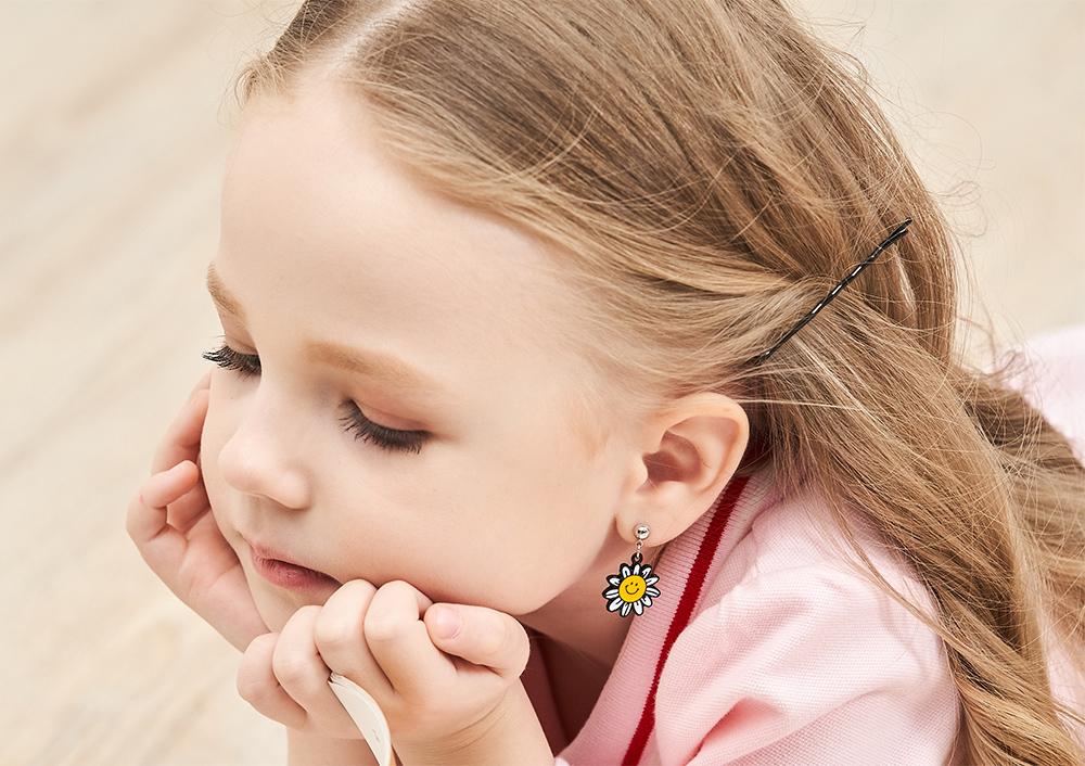 模特兒配戴展示:萌趣笑臉,陽光向日葵造型,清新可愛,創新無耳洞黏貼式耳環設計,採用醫療級用膠,減少皮膚的負擔,也免除長時間配戴耳夾/夾式耳環的不舒適感。