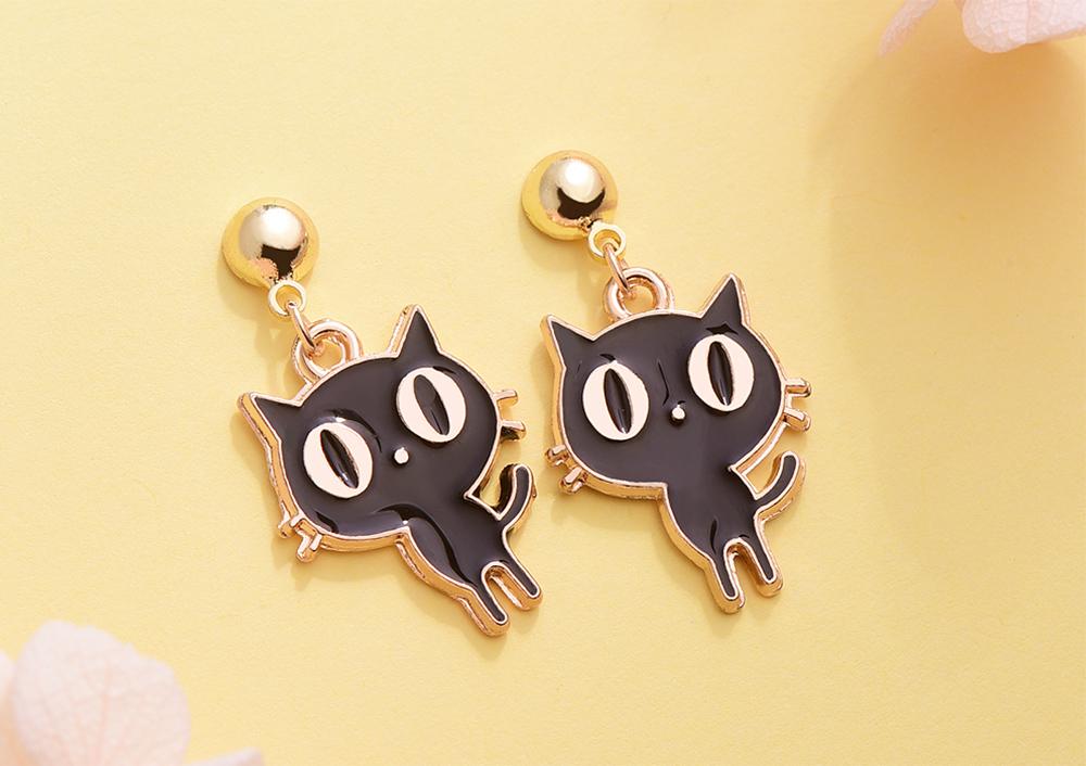 呆萌卡通大眼貓 黏式耳環,桌上展示。