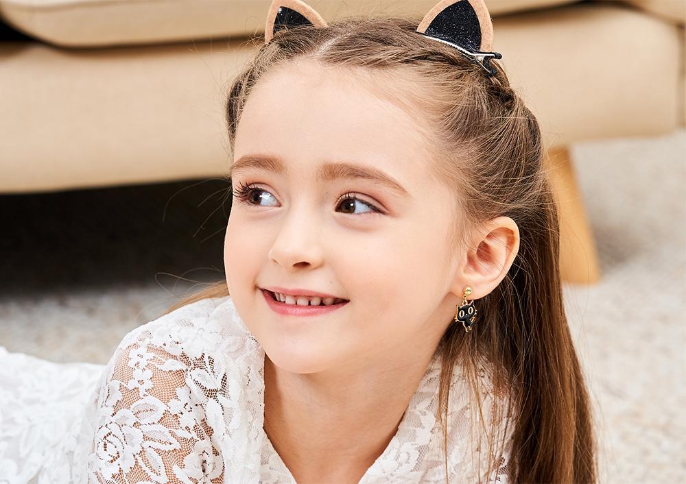 模特兒配戴展示:呆萌模樣搭配大眼,俏皮可愛貓咪,讓小朋友愛不釋手,創新無耳洞黏貼式耳環設計,採用醫療級用膠,減少皮膚的負擔,也免除長時間配戴耳夾/夾式耳環的不舒適感。