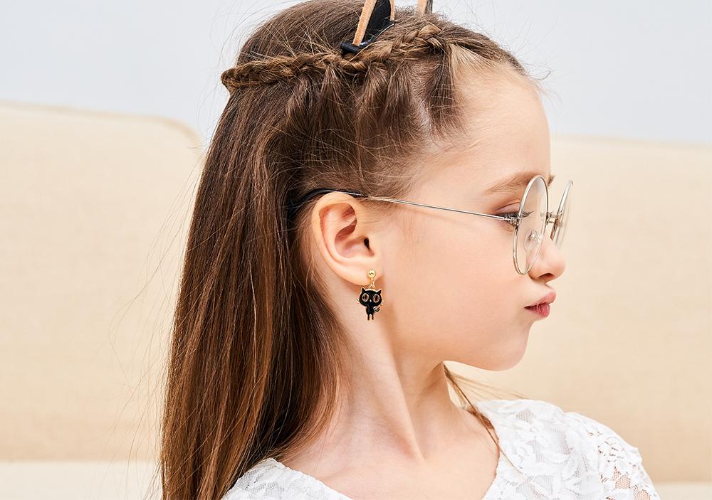 呆萌模樣搭配大眼,俏皮可愛貓咪,讓小朋友愛不釋手,創新無耳洞黏貼式耳環設計,採用醫療級用膠,減少皮膚的負擔,也免除長時間配戴耳夾/夾式耳環的不舒適感。