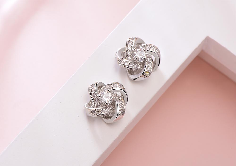 韓版簡約交錯水鑽 黏式耳環,桌上展示。