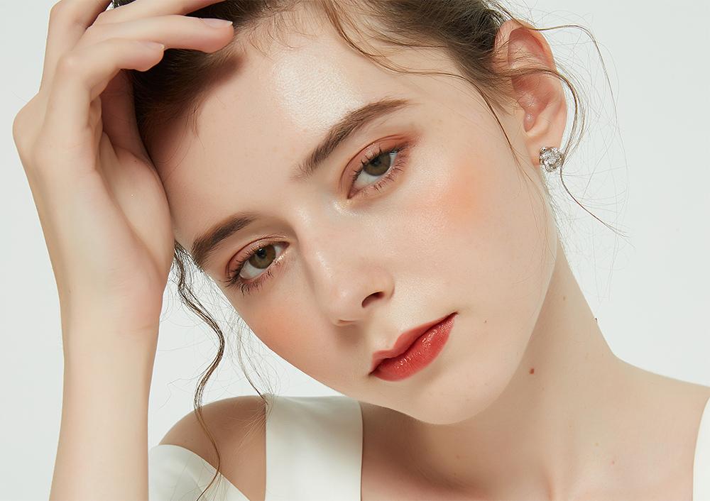 模特兒配戴展示:韓系簡約,交錯造型設計搭配耀眼鑲鑽,氣質時尚,免穿耳洞的黏貼式設計,免除配戴耳夾/耳針的不適感,讓妳美美打扮輕鬆外出。