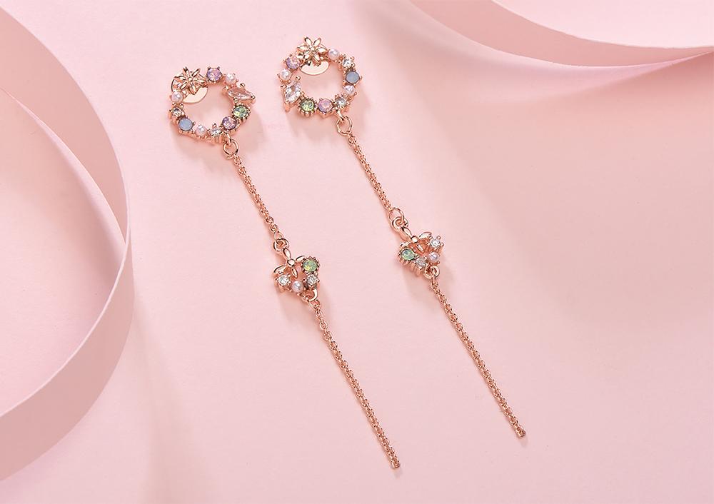 優雅花環蝴蝶流蘇 黏式耳環,桌上展示。