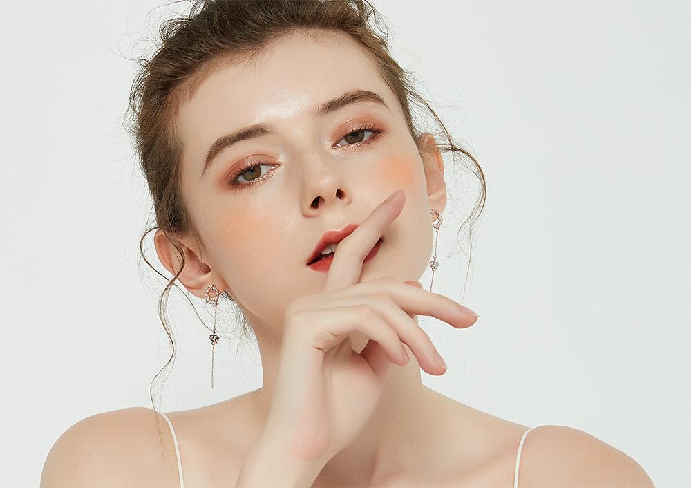 模特兒配戴展示:優雅甜蜜,鑲鑽花環搭配蝴蝶長流蘇,點綴耳側展現出時尚的氣息,免穿耳洞的黏貼式設計,免除配戴耳夾/耳針的不適感,讓妳美美打扮輕鬆外出。