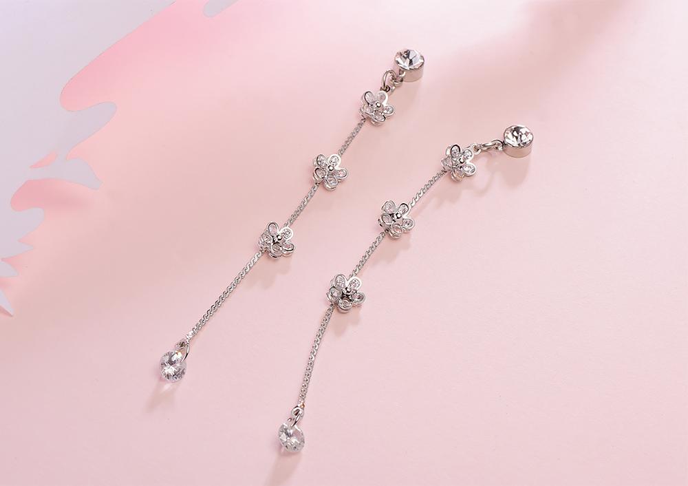 氣質小花流蘇鑲鑽 耳針/黏式耳環,桌上展示。