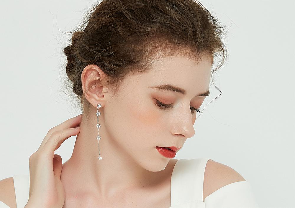 模特兒配戴展示:小巧花朵鑲鑽設計,長款流蘇設計點綴耳側修飾臉型,散發出優雅氣質的氣息,免穿耳洞的黏貼式設計,免除配戴耳夾/耳針的不適感,讓妳美美打扮輕鬆外出。