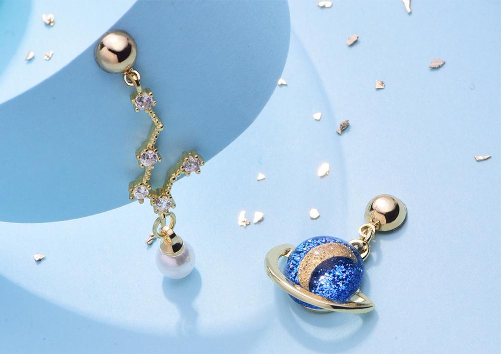 北斗星與行星月亮 耳針/黏式耳環,桌上展示。