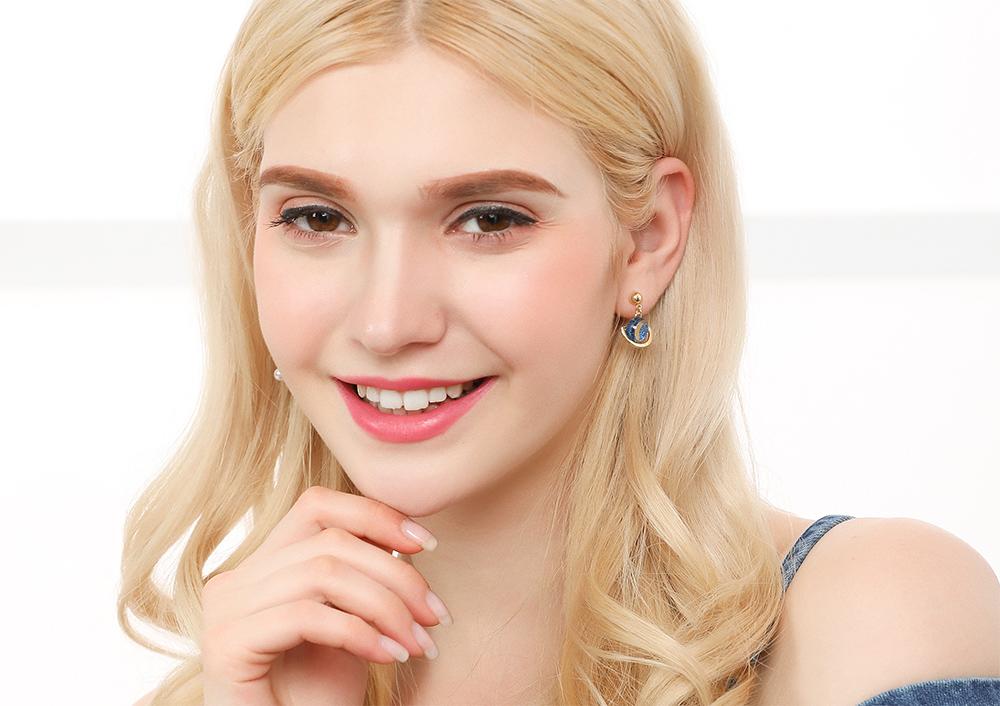 模特兒配戴展示:宇宙行星造型,潔白珍珠與水鑽點綴,亮眼時尚,無耳洞黏貼式設計,讓您輕鬆打扮無負擔,免除長時間配戴耳夾/夾式耳環的不舒適感。