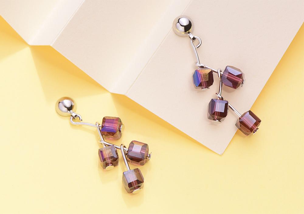 樹狀立體方形水晶 耳針/黏式耳環,桌上展示。