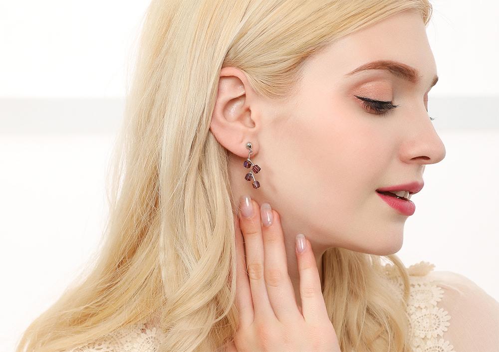 模特兒配戴展示:樹狀造型,立體方形水晶裝飾,個性時尚,無耳洞黏貼式設計,讓您輕鬆打扮無負擔,免除長時間配戴耳夾/夾式耳環的不舒適感。