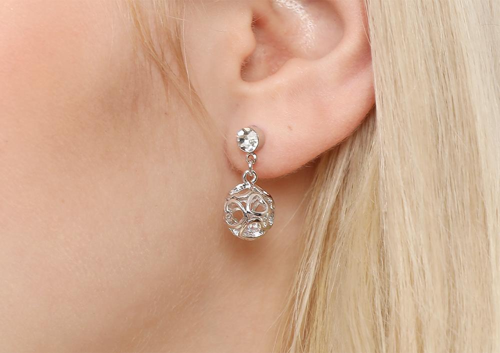 模特兒配戴展示:多個簍空愛心組成圓球造型,內部水鑽鑲嵌,耀眼迷人,輕鬆零負擔的創新黏貼式耳環設計,不用穿耳洞也可以免除長時間配戴耳夾/夾式耳環的不舒適感。