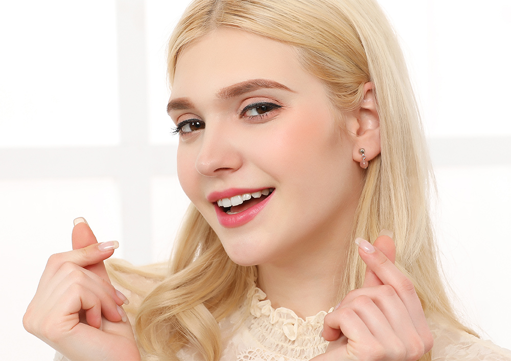 模特兒配戴展示:甜蜜可愛的粉嫩水晶為您帶來青春活力,輕鬆零負擔的創新黏貼式耳環設計,絕對是您的最佳首選。不用穿耳洞也可以免除長時間配戴耳夾/夾式耳環的不舒適感。