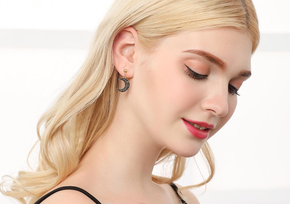模特兒配戴展示:日韓風格,不對稱月亮星星造型,耀眼時尚,輕鬆零負擔的創新黏貼式耳環設計,絕對是您的最佳首選。不用穿耳洞也可以免除長時間配戴耳夾/夾式耳環的不舒適感。