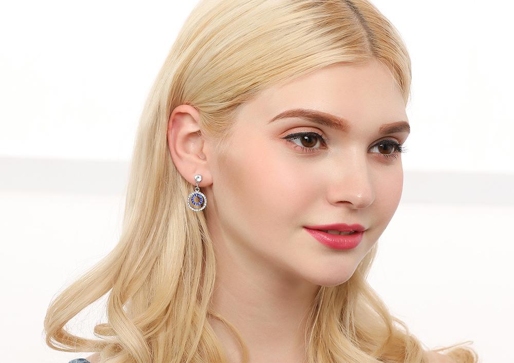 模特兒配戴展示:簍空合金雙圓造型,滿版鑲鑽,閃亮動人,輕鬆零負擔的創新黏貼式耳環設計,絕對是您的最佳首選。不用穿耳洞也可以免除長時間配戴耳夾/夾式耳環的不舒適感。