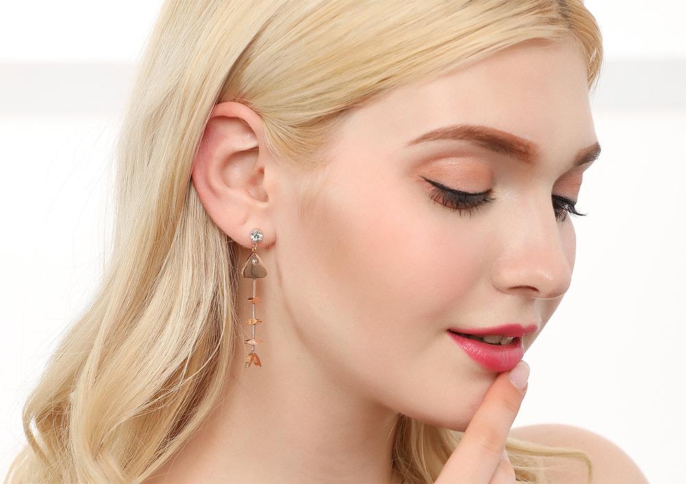 模特兒配戴展示:萌趣搞怪,小魚骨頭造型設計,個性又時尚,輕鬆零負擔的創新黏貼式耳環設計,絕對是您的最佳首選。不用穿耳洞也可以免除長時間配戴耳夾/夾式耳環的不舒適感。
