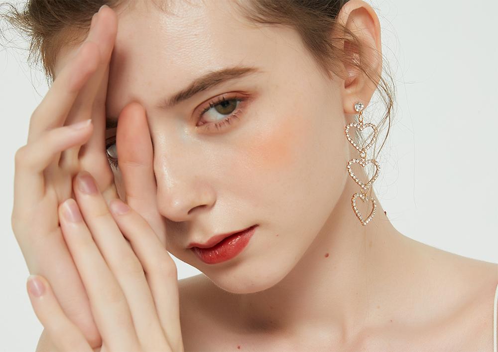 模特兒配戴展示:簍空愛形造型,不對稱設計,珍珠流蘇散發出甜美優雅氣息,輕鬆零負擔的創新黏貼式耳環設計,絕對是您的最佳首選。不用穿耳洞也可以免除長時間配戴耳夾/夾式耳環的不舒適感。