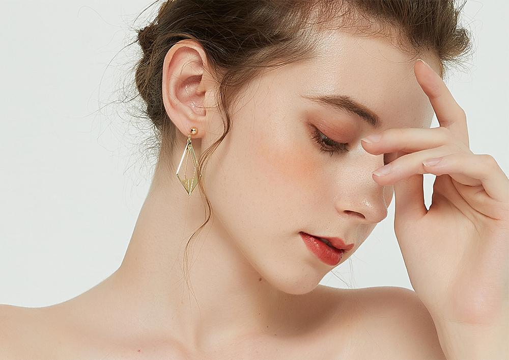 模特兒配戴展示:時尚新穎,立體菱形設計,高質感和金打造,個性有型,創新無耳洞黏貼式耳環設計,採用醫療級用膠,減少皮膚的負擔,也免除長時間配戴耳夾/夾式耳環的不舒適感。