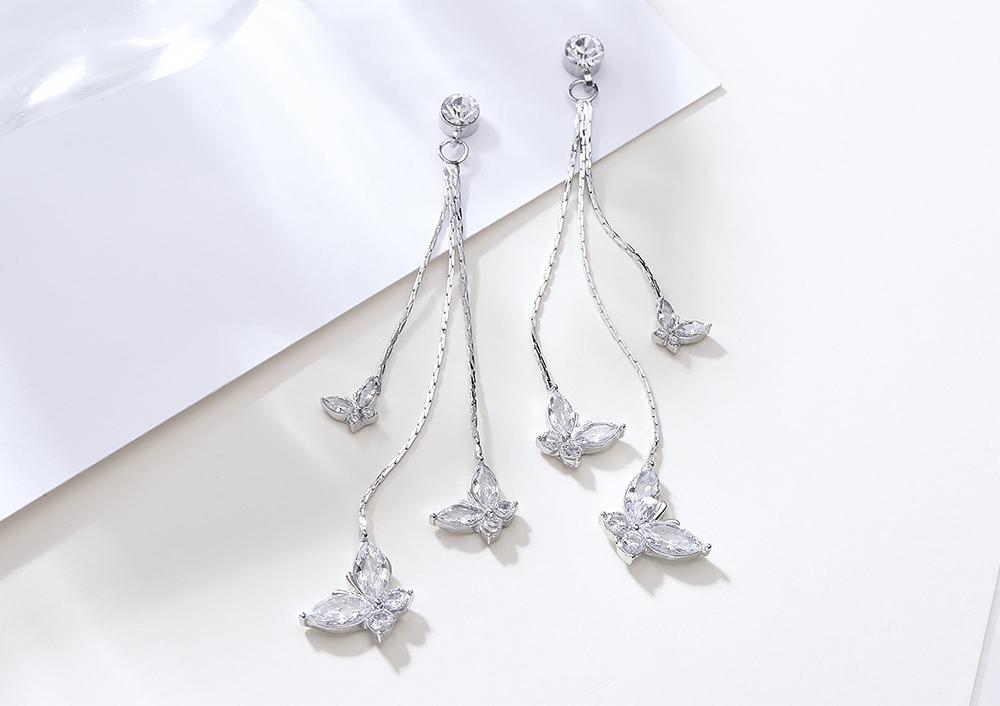 氣質長款蝴蝶鑲鑽流蘇 耳針/黏式耳環,桌上展示。